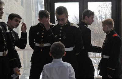 Школьники района Братеево приняли участие в патриотической акции «Есть такая профессия – Родину защищать», проходившей в по всей России