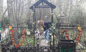 Уборка на территории кладбища в ЮАО