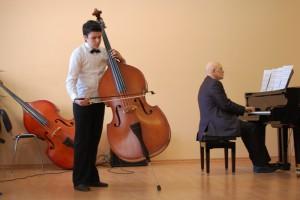 Учащийся ДШИ №10 Ваган Авагян играет на контрабасе