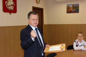 Александр Воробьев вручил команде по черлидингу грамоты