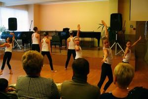 Дети района Братеево выступают с хореографическим номером