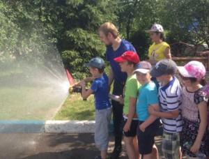 Детей района Братеево учат пользоваться пожарным шлангом