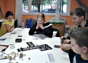 Дети района Братеево за настольной игрой