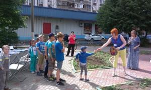 Дети района Братеево играют в боулинг