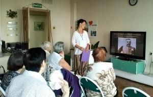 Жители района Братеево смотрят презентацию о Мережковском