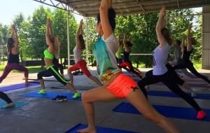 Жители района Братеево на открытой тренировке по йоге