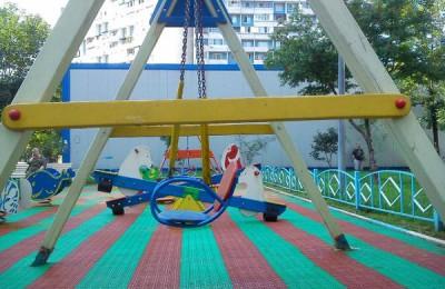 В Братееве по просьбе жителей отремонтировали детскую площадку
