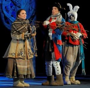 """Во время спектакля «Двенадцать месяцев» в """"Театриуме на Серпуховке""""  вся труппа театра катается на коньках на льду."""