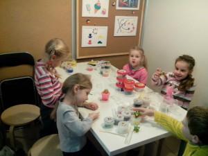 Юные посетители кружка по лепке из полимерной глины