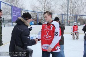 Награждение провел ветеран хоккея Александр Голиков