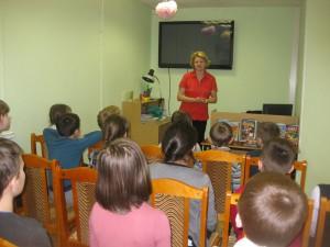 Елена Хрусталёва на встрече с ребятами в библиотеке на Ключевой