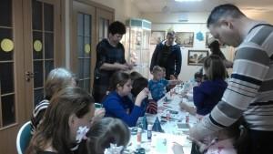 Юные жители района Братеево на мастер-классе по изготовлению праздничной открытки в библиотеке №150