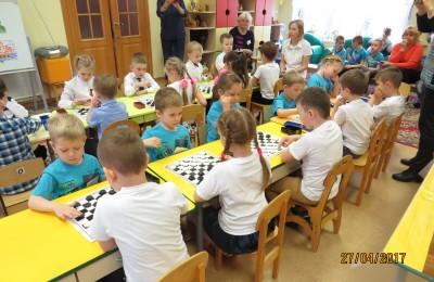 Участники чемпионата по шашкам среди дошкольников