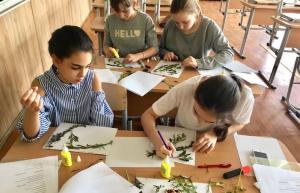 Школьники на творческом мастер-классе по ботанике