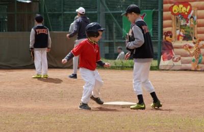 Дети играют в бейсбол в Братееве