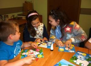 Дети на мастер-классе по рисованию
