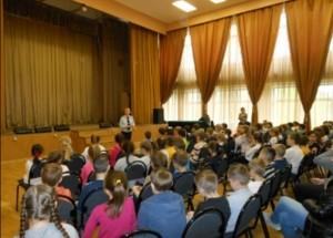 Инспектор ГИБДД напомнила детям о правилах безопасного поведения на дороге