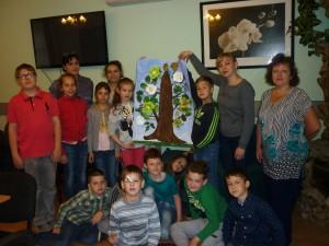 Подопечные летнего образовательного лагеря на мастер-классе по рисованию