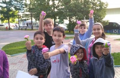 Ребята сделали цветы из бумаги