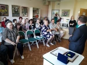 Александр Воробьев наградил медалями две семьи