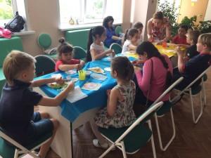Дети на творческом мастер-классе в библиотеке