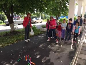Дети сыграли в уличный боулинг