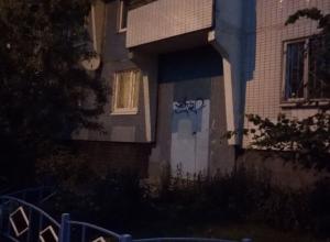 Разрисованная дверь подъезда