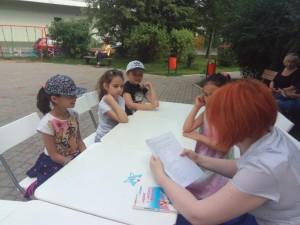 Ребята проводят досуг в летнем читальном зале