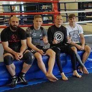 Тренер Анатолий Волков (второй справа) поделился секретами мира ММА